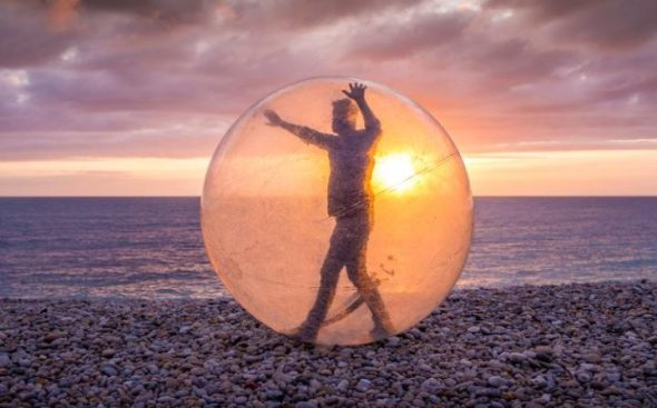 artist-simon-lee-dicker-in-his-weather-station-on-chesil-beach-at-b-side-festival-in-portland-dorset-large_trans5yqlqqeh37t50scym4-zeerf_wk3v23h2268p_xkpxc